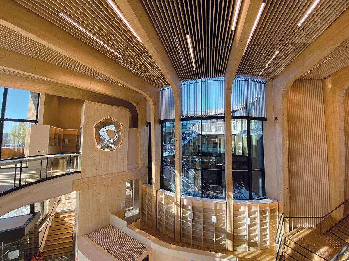 Biblioteket går over to etasjer, og hovedinngangen leder også inn til dette området i bygget. Foto: Jøran Ledal