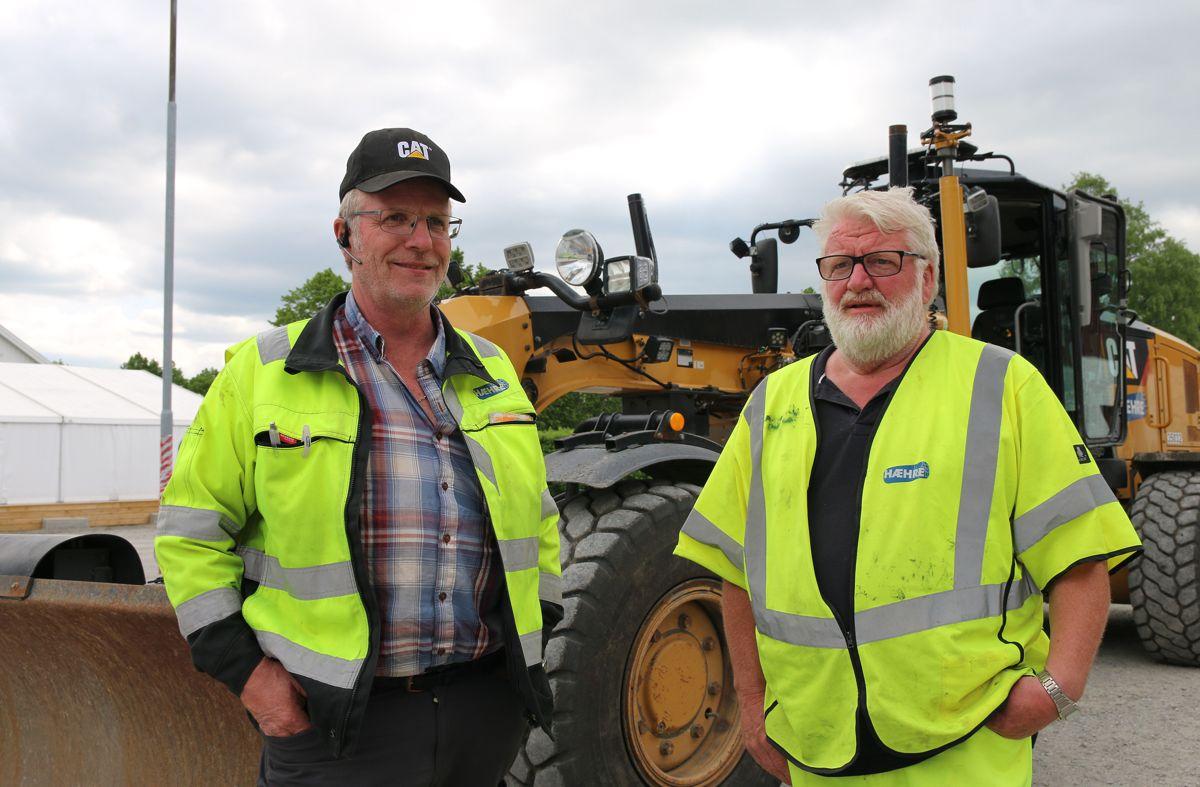 """Arne Vågslid, bas for høvellaget i Hæhre Entreprenør, har """"bare"""" 30 års erfaring som høvelsjåfør. Han var selvsagt på plass for feire jubilanten Kåre Johnsen."""