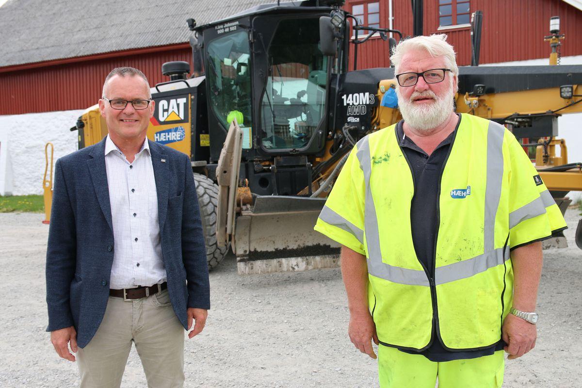 Administrerende direktør Erik Sollerud i Pon Equipment og høvelsjåfør Kåre Johnsen i Hæhre Entreprenør.