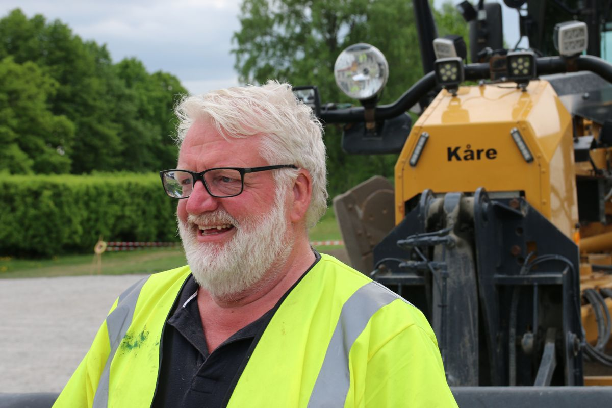 Kåre Johnsen kan se tilbake på fire tiår som høvelsjåfør. Han har vært i Hæhre Entreprenør siden 2013.