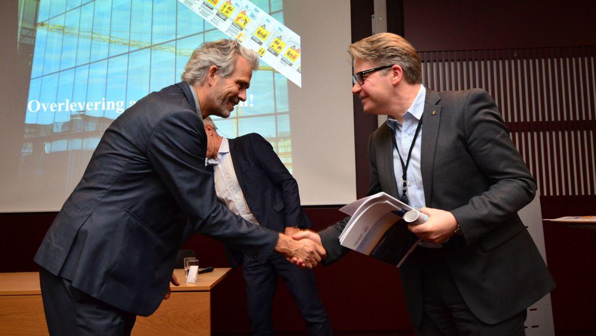 BNL-direktør Jon Sandnes (til venstre) overleverte mandag rapporten «Bedre transport og arealplanlegging til Kommunal- og moderniseringsdepartementet» til statssekretær Per Willy Amundsen. Foto: Sindre Sverdrup Strand