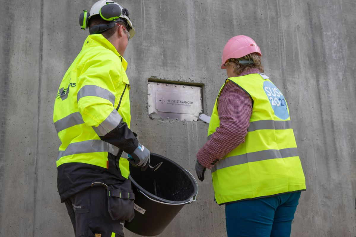 <p>Statsminister Erna Solberg sammen med Sølve Andreas Wathne, betongfagarbeider som nylig tok fagbrevet på byggeplassen for nytt sykehus Foto: Ingveig Tveranger/Helse Stavanger</p>