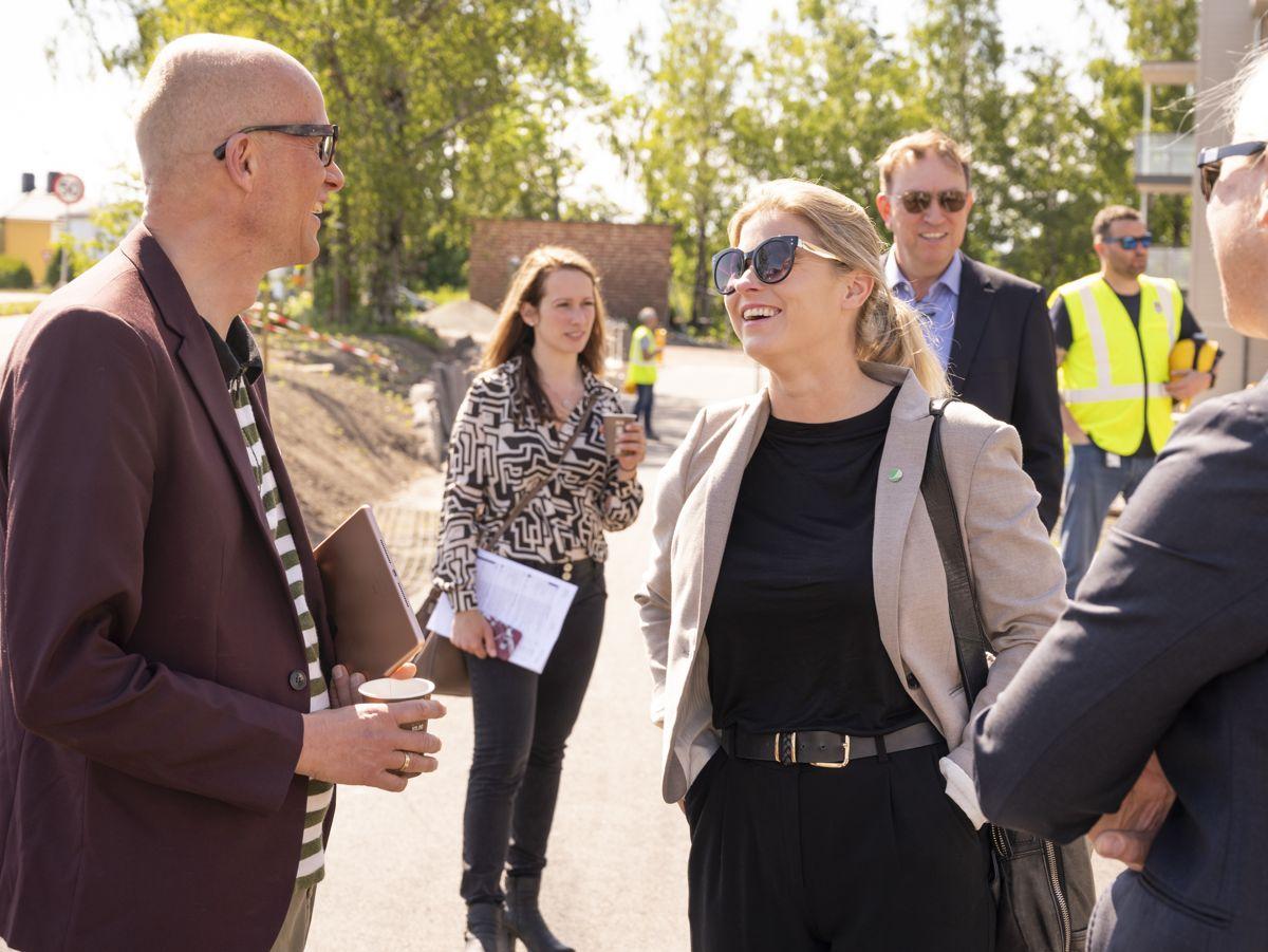 Programleder Erik Aasheim i live-streamet talk show om bærekraft sendt fra toppleilighet i samtale med statssekretær Lucie Katrine Sunde Eidem. Foto: JM