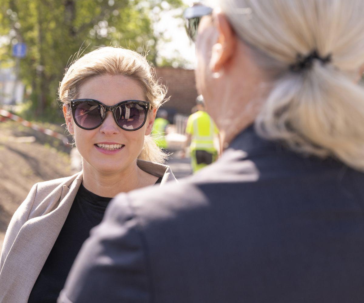 Statssekretær Lucie Katrine Sunde Eidem i Næringsdepartementet i samtale med Svanemerkets adm. dir. Anne-Grethe Henriksen. Foto: JM