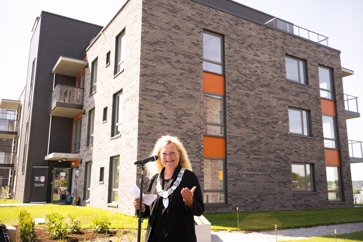 Ordfører Anne Rygh Pedersen i Tønsberg er glad for byens første svanemerkede boliger. Foto: JM