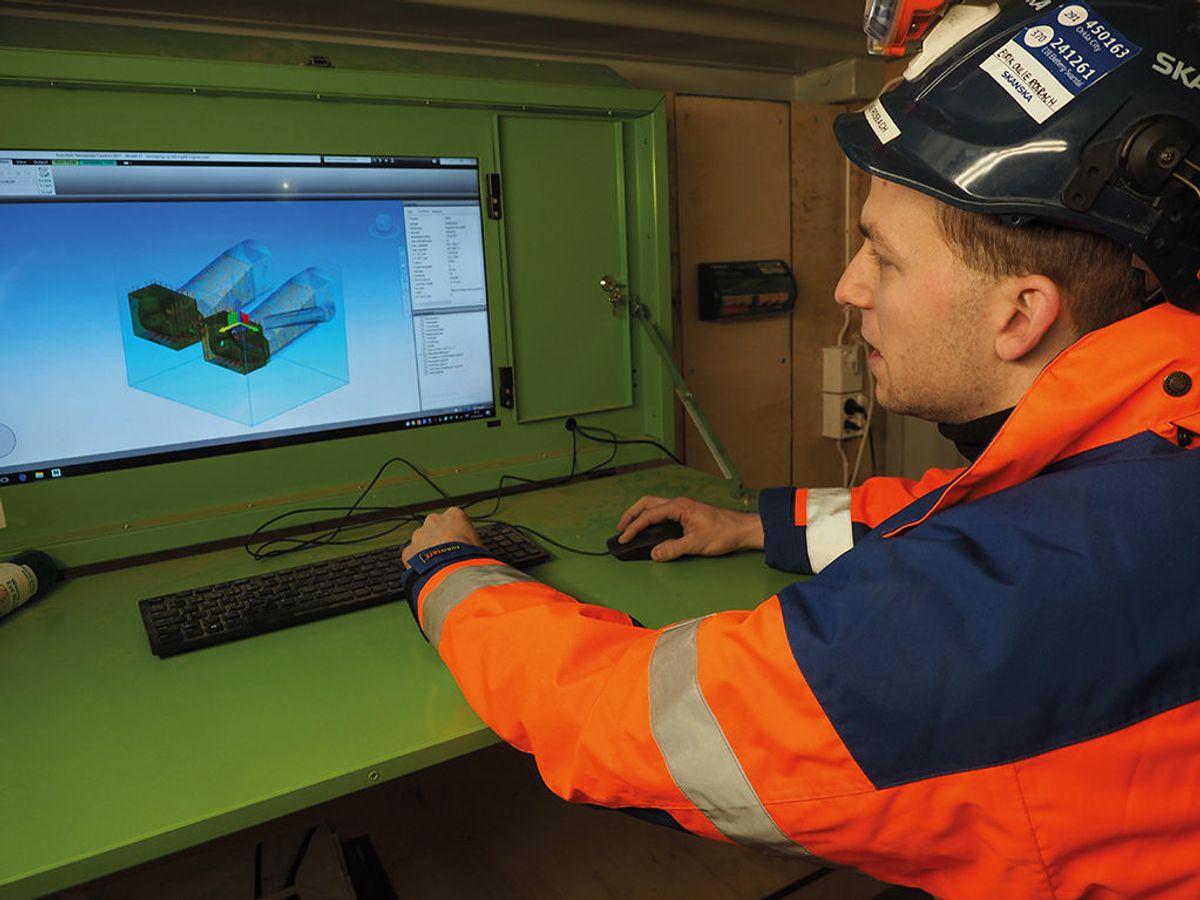 BIM-koordinator Eirik Oulie Rosbach i Skanska sjekker modellen i en av BIM-kioskene på prosjektet.