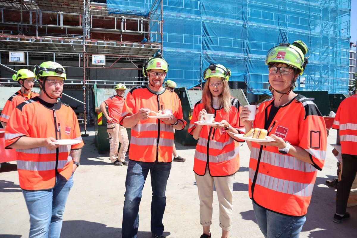 Veidekke markerte 1000 arbeidsdager uten fraværsskade på sine 18 byggeprosjekter i Oslo-området med kakefest for alle ansatte og underentreprenører. Foto: Svanhild Blakstad
