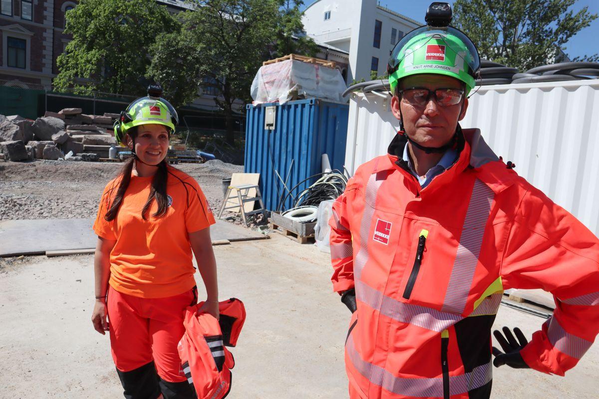 Veidekke markerte 1000 arbeidsdager uten fraværsskade på sine 18 byggeprosjekter i Oslo-området med kakefest for ansatte på prosjektene og underentreprenører. Maria Strand og Knut Arne Johnsen. Foto: Svanhild Blakstad