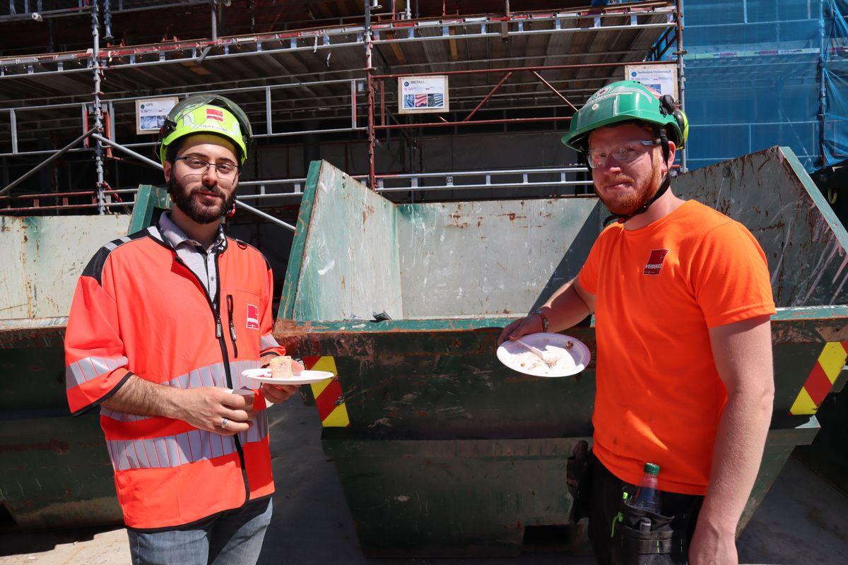 Veidekke markerte 1000 arbeidsdager uten fraværsskade på sine 18 byggeprosjekter i Oslo-området med kakefest for ansatte på prosjektene og underentreprenører. Her fra markering på Ruseløkka skole. Foto: Svanhild Blakstad