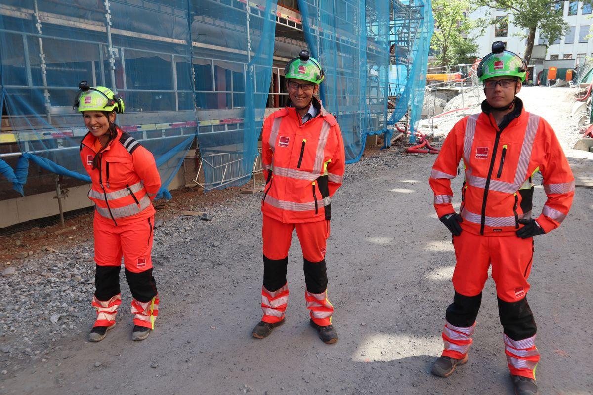 Maria Strand, Knut Arne Johnsen og Magnus Hasmo i Veidekke på byggeprosjektet på Ruseløkka skole. Foto: Svanhild Blakstad
