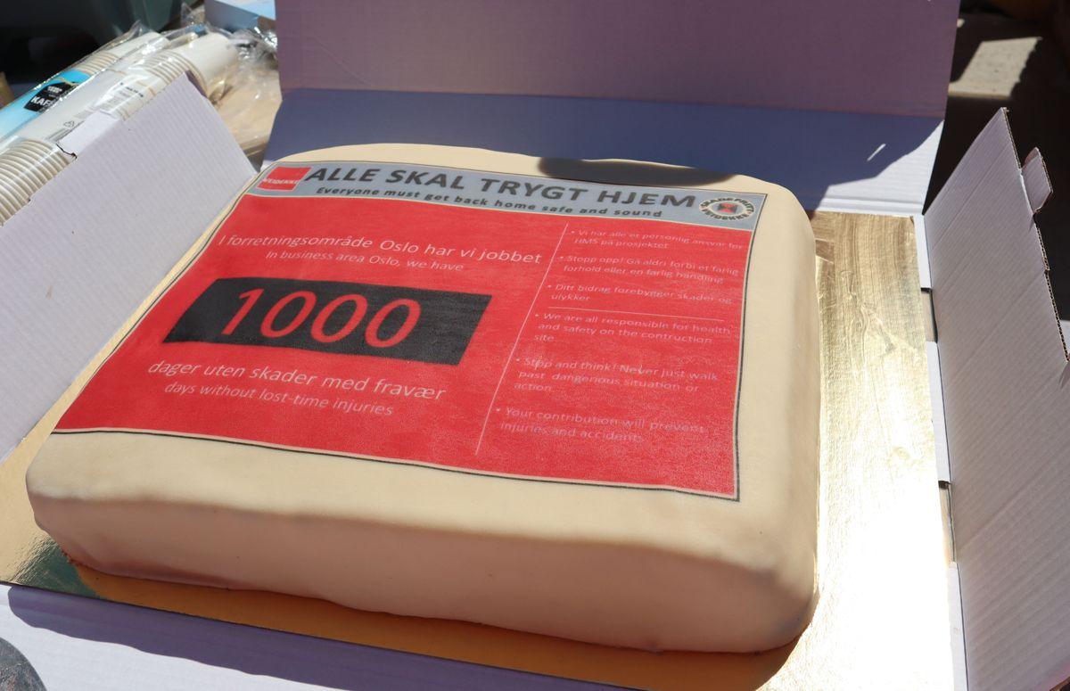 Veidekke markerte 1000 arbeidsdager uten fraværsskade på sine 18 byggeprosjekter i Oslo-området med kakefest for ansatte på prosjektene og underentreprenører. Foto: Svanhild Blakstad