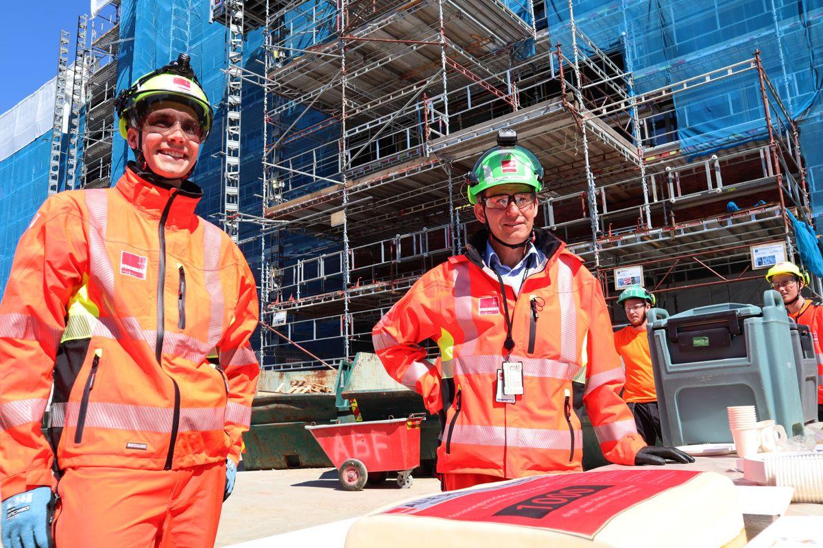 <p>Direktør Anders W. Haugen og sikkerhetssjef Knut Arne Johnsen er fornøyd med at Veidekke kan markere 1000 arbeidsdager uten fraværsskader på sine byggeplasser i Oslo-området, som her på Ruseløkka skole. Foto: Svanhild Blakstad</p>