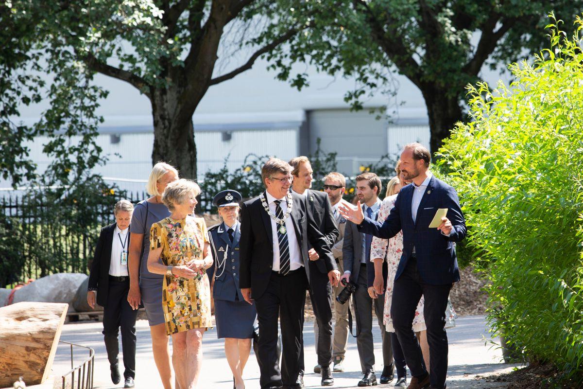 Kronprinsen ble tatt i mot av rektor ved UiO Svein Stølen, museumsdirektør Tone Lindheim og Klimahusleder Brita Slettemark. Foto: UiO
