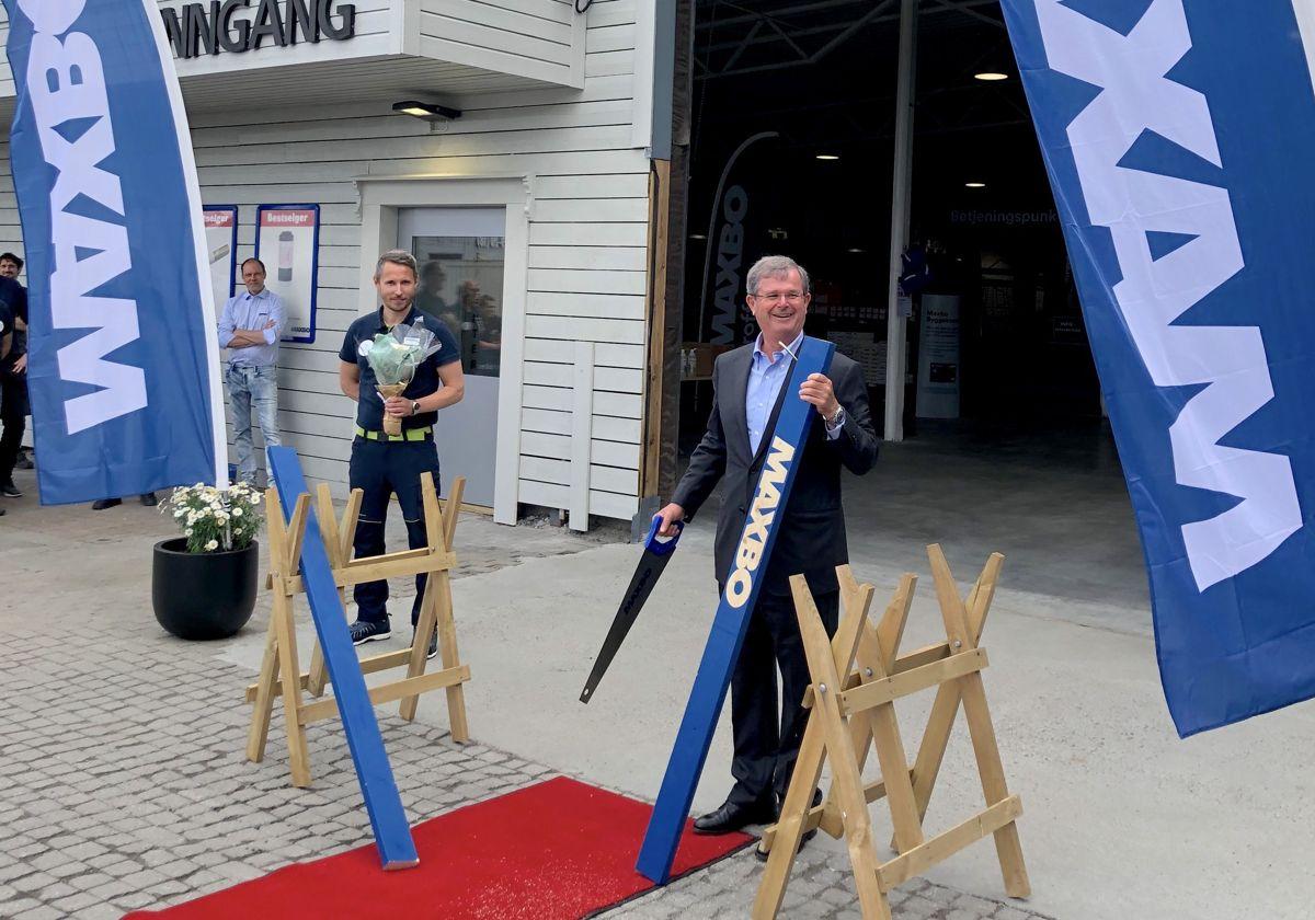 Varehussjef Andreas Kure Berntsen (til venstre) og Løvenskiold-Vækerø-konsernsjef Carl Otto Løvenskiold åppnet den nye trelasthallen i Fredrikstad. Foto: Maxbo