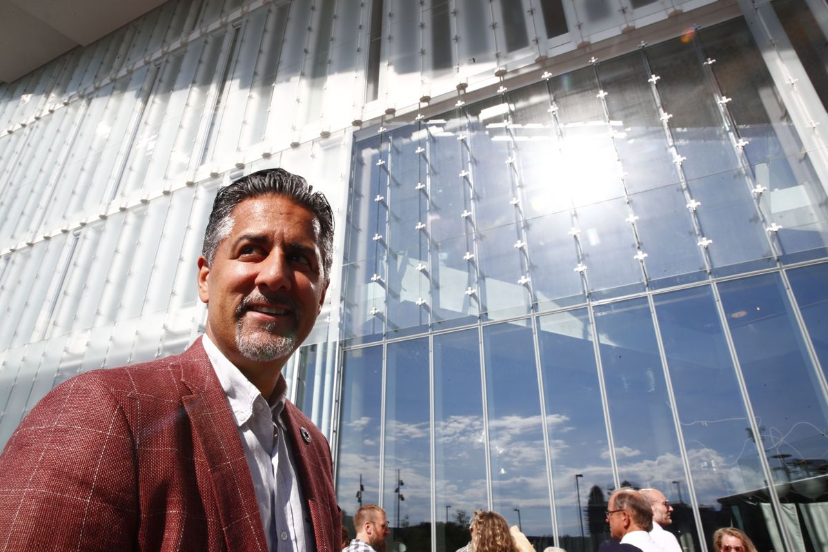 Kulturminister Abid Raja (V) på vei inn til åpningsseremonien. Foto: Terje Pedersen / NTB scanpix