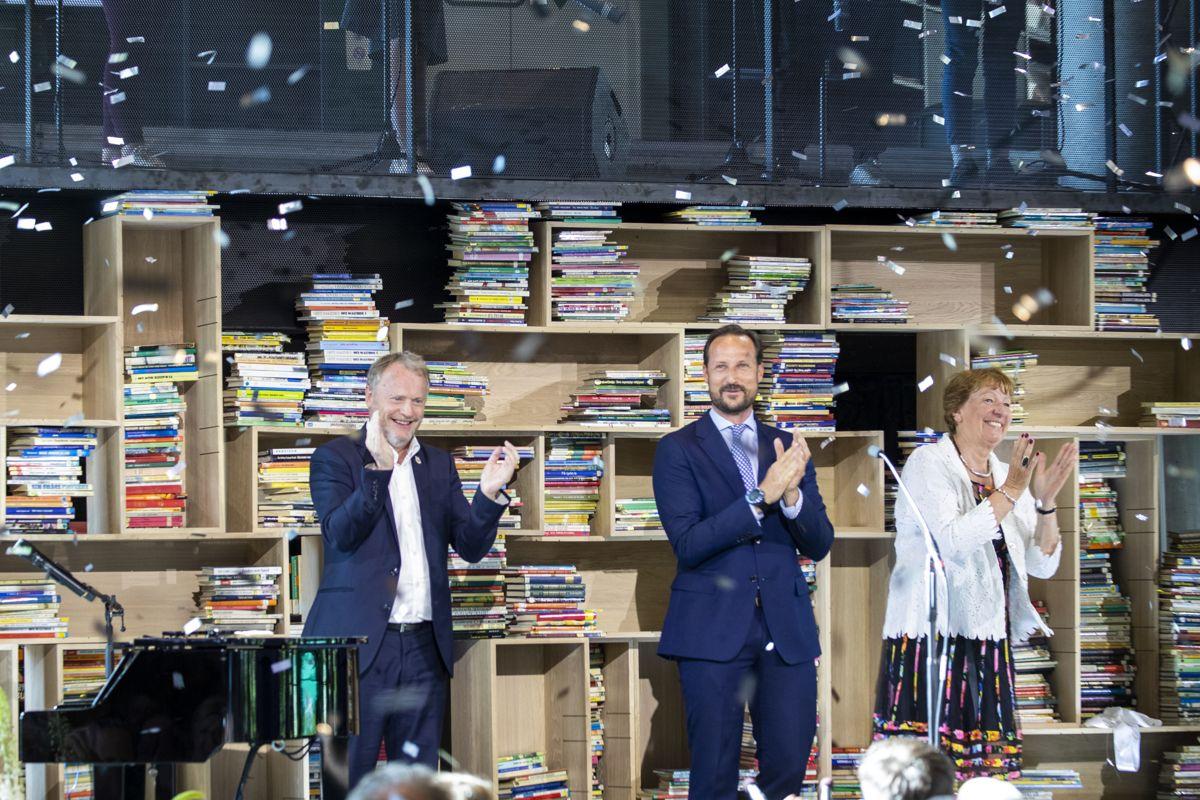Byrådsleder Raymond Johansen (Ap) (t.v.) klapper for åpningen av det nye Deichman-biblioteket sammen med kronprins Haakon og ordfører Marianne Borgen (SV). Foto: Terje Pedersen / NTB scanpix