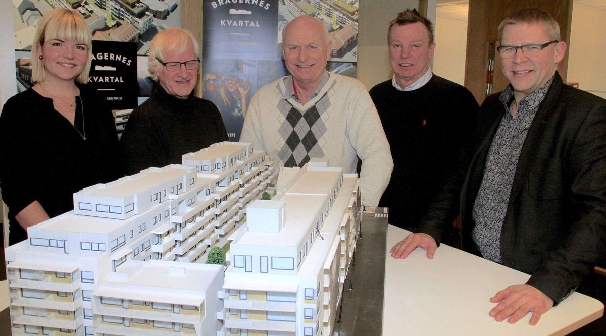 <p>Modellen som viser de 125 leilighetene som Veidekke nå skal bygge for Vestaksen i Bragernes Kvartal omkranset av (f.v.) prosjektleder Anette Gjestemoen i Vestaksen, Veidekkes distriktsleder Sverre Liavaag, prosjekteringsleder Joar Kvammen og prosjektleder Ivar Bøygard samt prosjektsjef i Vestaksen, Morten Hotvedt. Arkitekt for prosjektet er LINK arkitektur.</p>