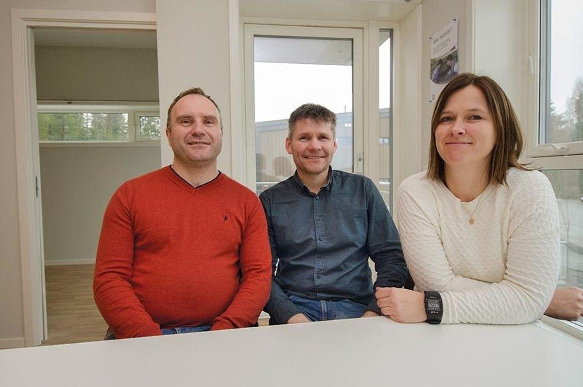 Prosjektleder Jørn Ekaas i Veidekke (fra v.), byggeleder Nils Nygård og prosjektleder Line Rødal i Boligbygg Oslo KF.