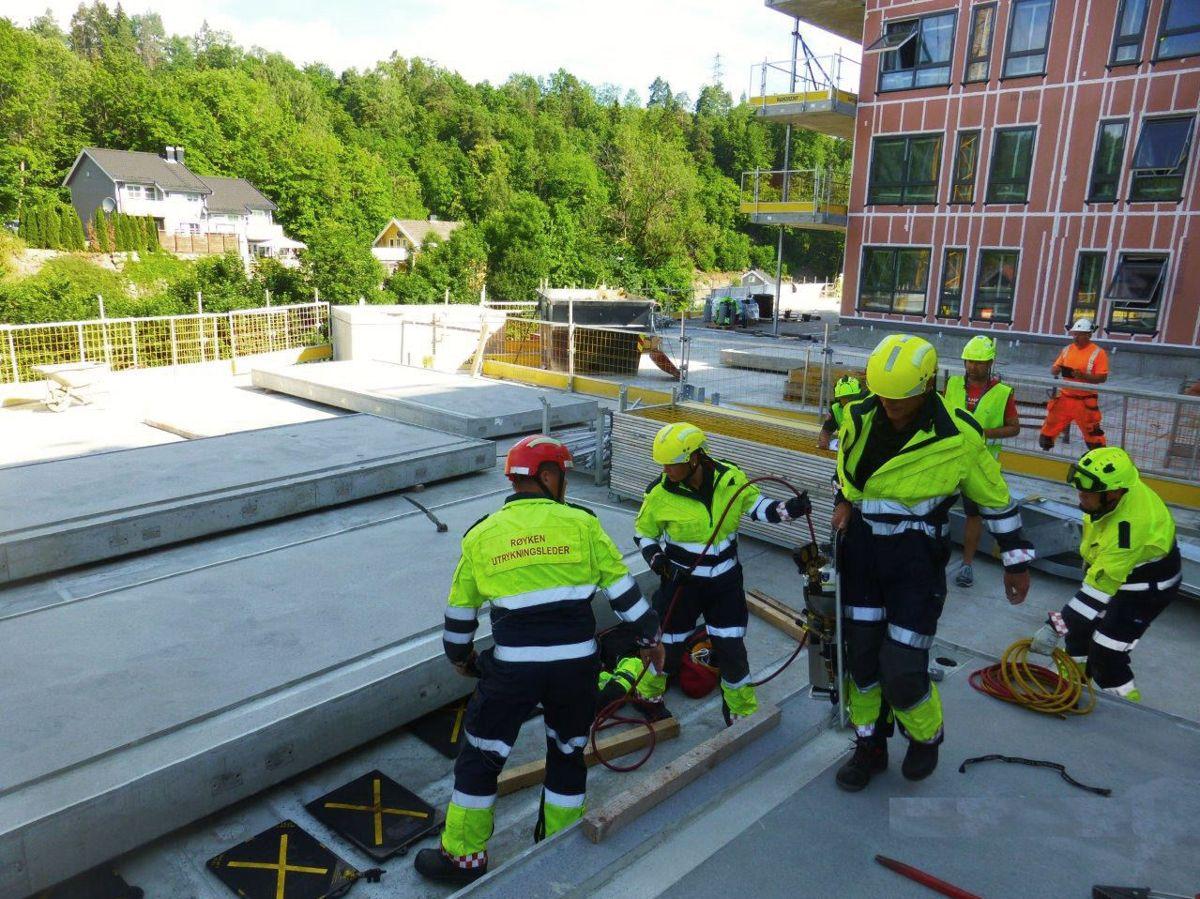 Brannvesenet brukte lufteputer for å fri personene under betongelementet. Foto: Thor K. Øvergaard