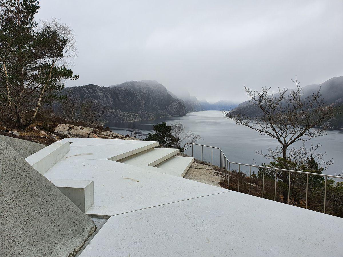 Utsiktspunktet på Høllesli i Ryfylke sto ferdig i vår og gir en flott utsikt mot Lysefjorden. Arkitekt er Lie Øyen. Foto: Fredrik Fløgstad.