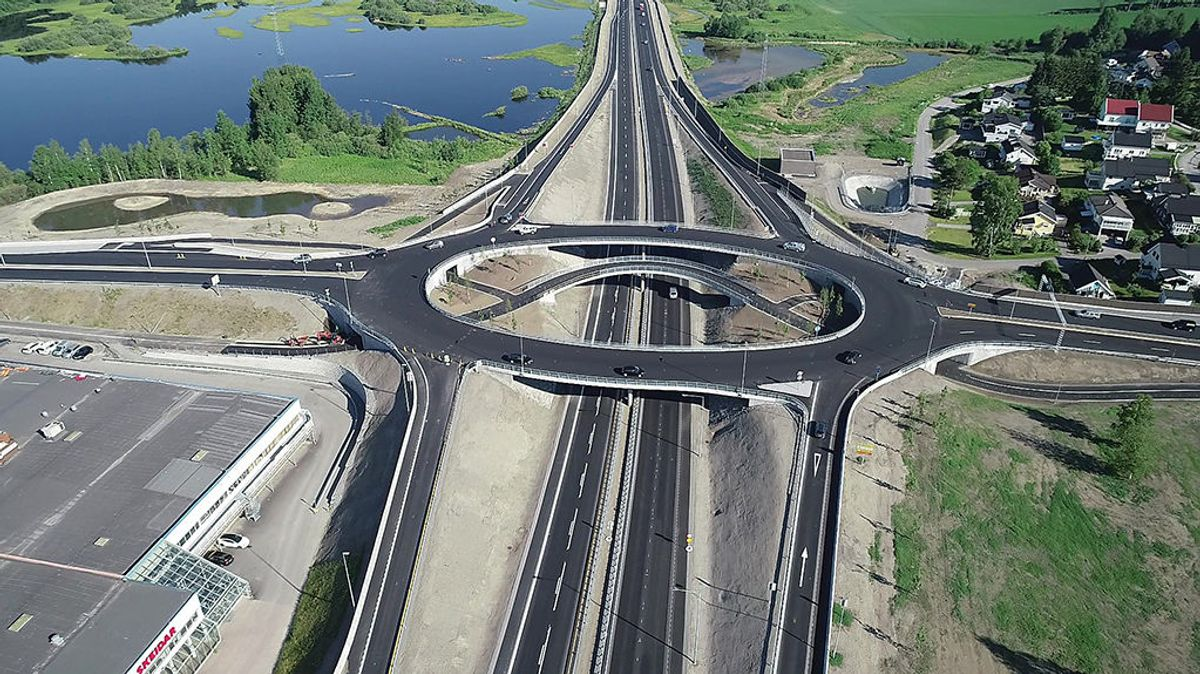 Åkerkrysset fremstår som en spektakulær konstruksjon, er det mest trafikkerte krysset i Innlandet. Dronefoto: Geoplan 3D