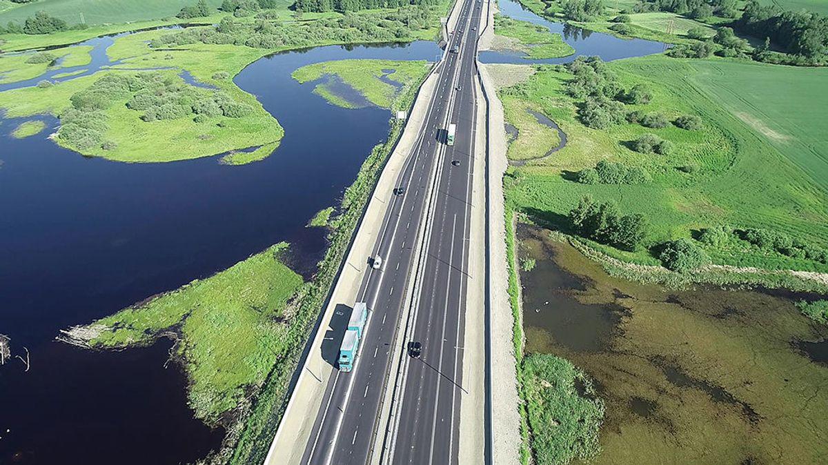 Det er nå full oppsamling av vann som renner fra veien gjennom Åkersvika. Kravene har vært strenge og anleggsarbeidet skånsomt gjennom naturreservatet. Dronefoto: Geoplan 3D