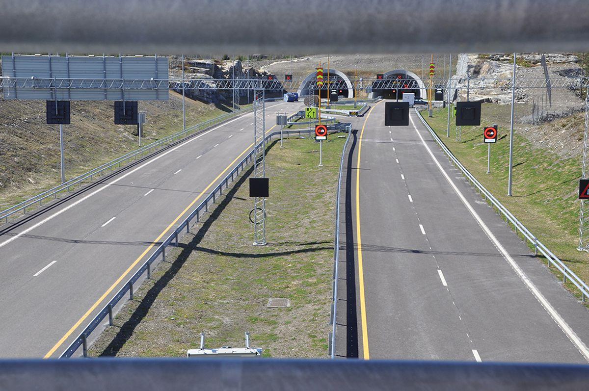 Lengst øst i prosjektet går den nye firefeltsveien inn i den to kilometer lange Kongsbergtunnelen. Foto: Kjell Wold