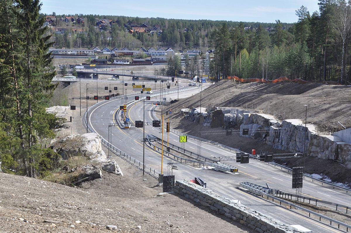 Den nye veien krysser Lågen over den nye Kongsberg bru ved Teknologiparken, før veien går videre inn i Svartåstunnelen. Foto: Kjell Wold