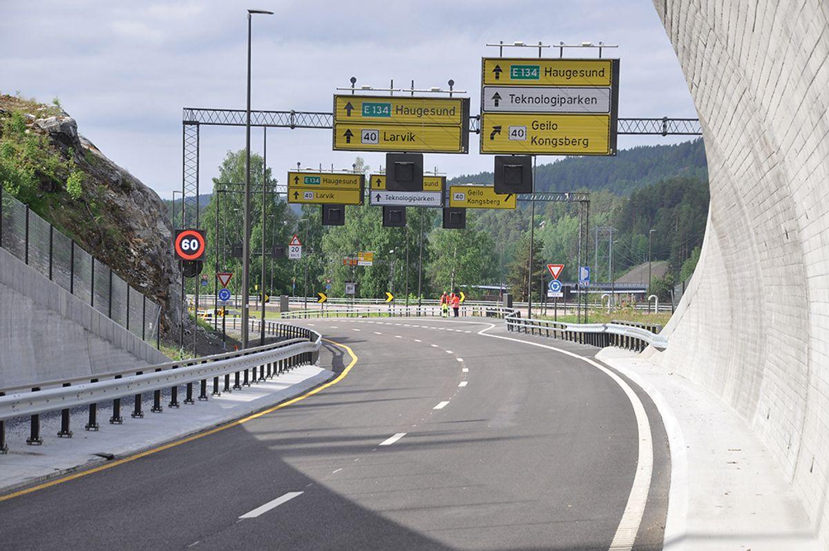 Den nye Kongsbergtunnelen kommer ut ved Tislegård, kort vei fra Kongsberg sentrum. Foto: Kjell Wold