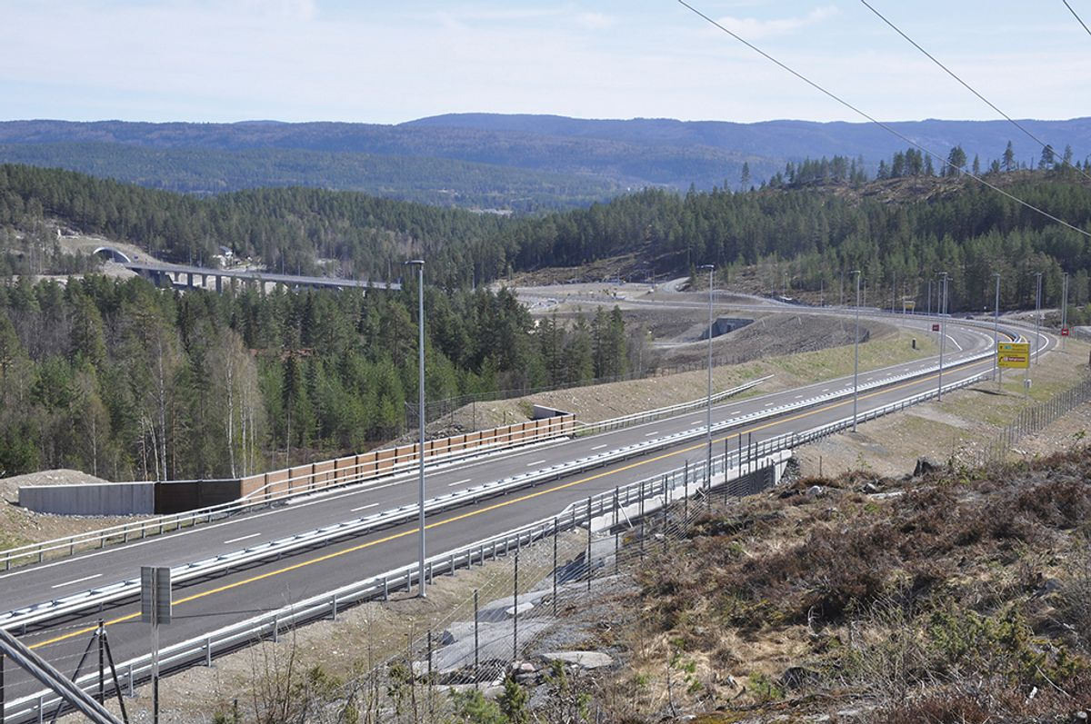 Det er arbeidsfellesskapet Metrostav, NRC Group og Bertelsen & Garpestad, som har bygget den 4,7 kilometer lange strekningen mellom Trollerudmoen og Saggrenda. Foto: Kjell Wold