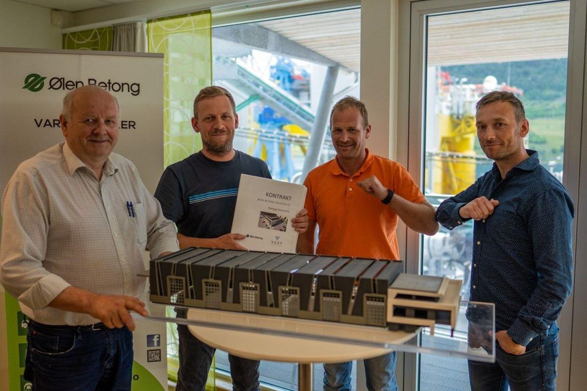 Fra kontraktsigneringen i Ølensvåg. F.v. Atle Berge (ØBG), Lars Berland (VE), Svein Atle Berge (ØBG), Ingmund Egeland (VE) sammen med en modell av bygget.