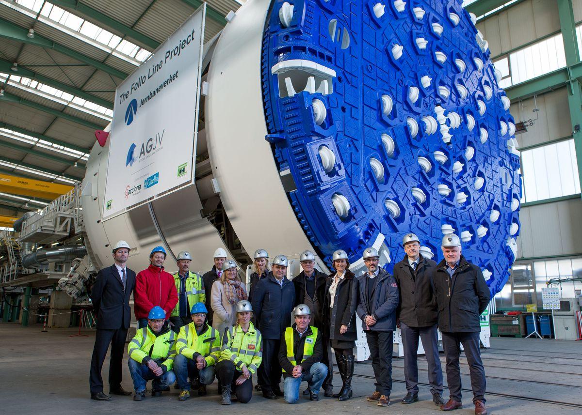 <p>En stolt gjeng fra AGJV, Jernbaneverket og Herrenknecht var torsdag samlet for å feire at den første Follobane-TBMen er ferdig produsert.</p>
