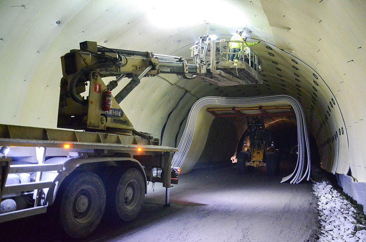 Mattene skal sikre at vatn ikkje renn ut i tunnelen, men vert ført inn i dreneringssystemet. (Foto: Statens vegvesen)