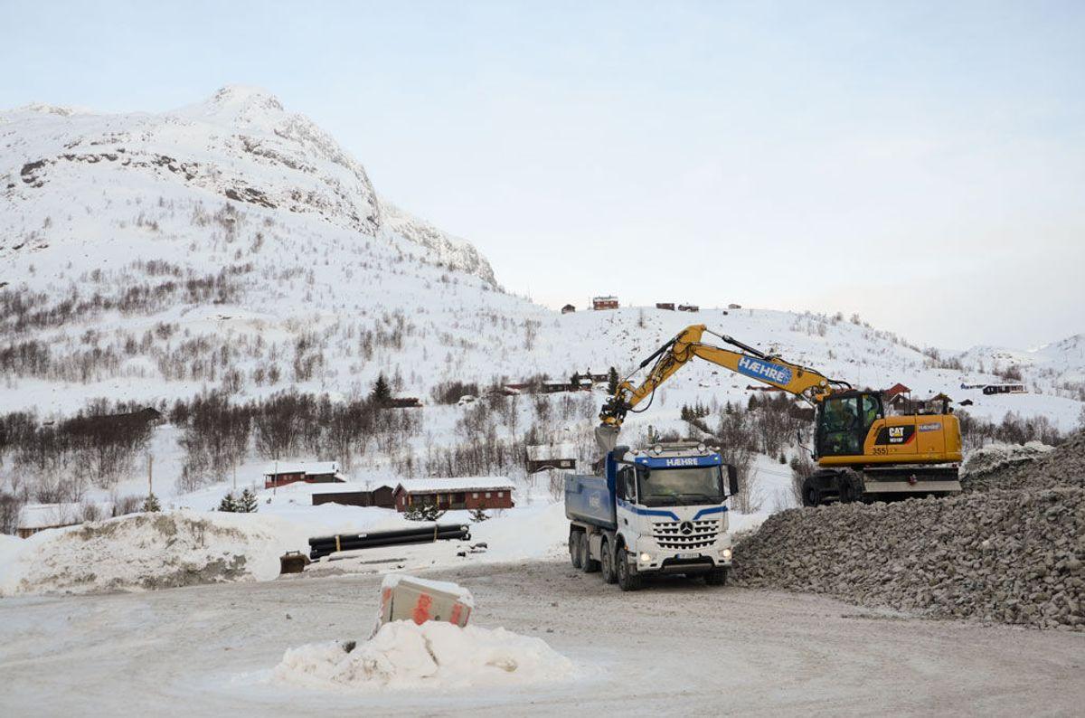 Opplasting av pukk til tunnelen i Tyinkrysset. (Foto: Statens vegvesen)