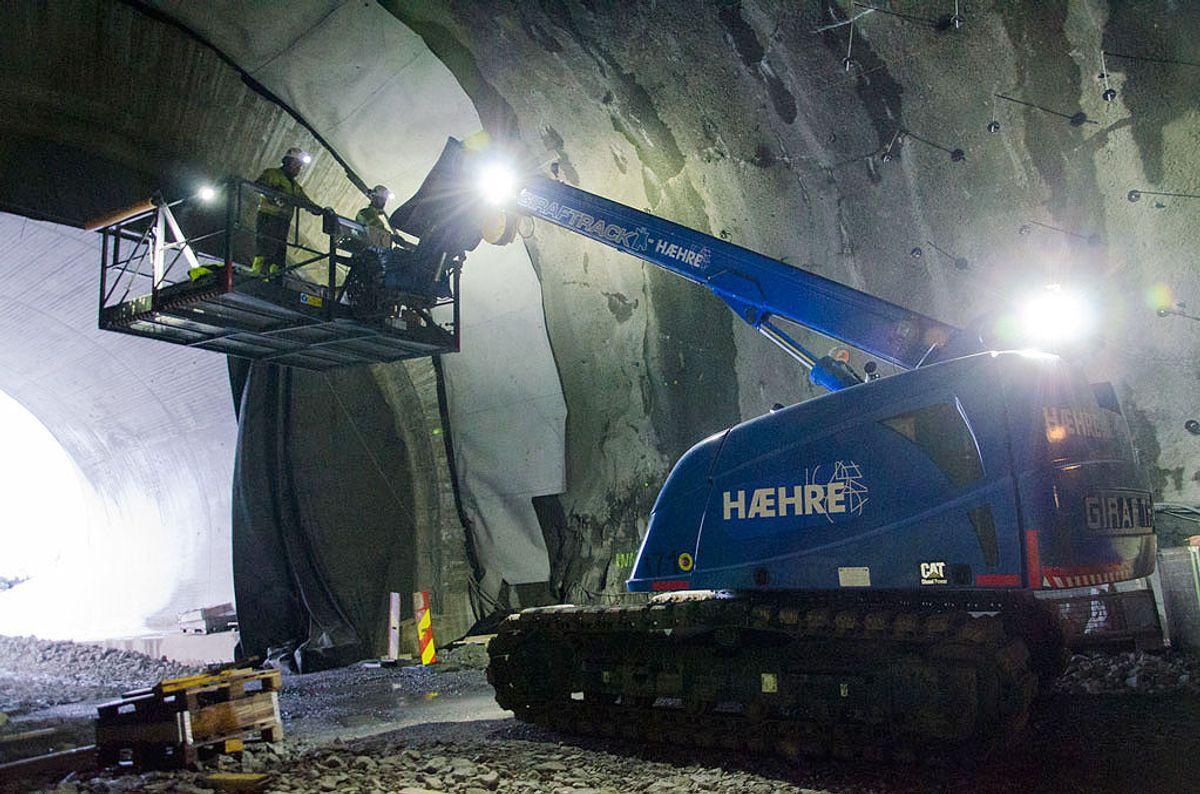 Hæhre i arbeid ved vestre enden av tunnelen. (Foto: Statens vegvesen)