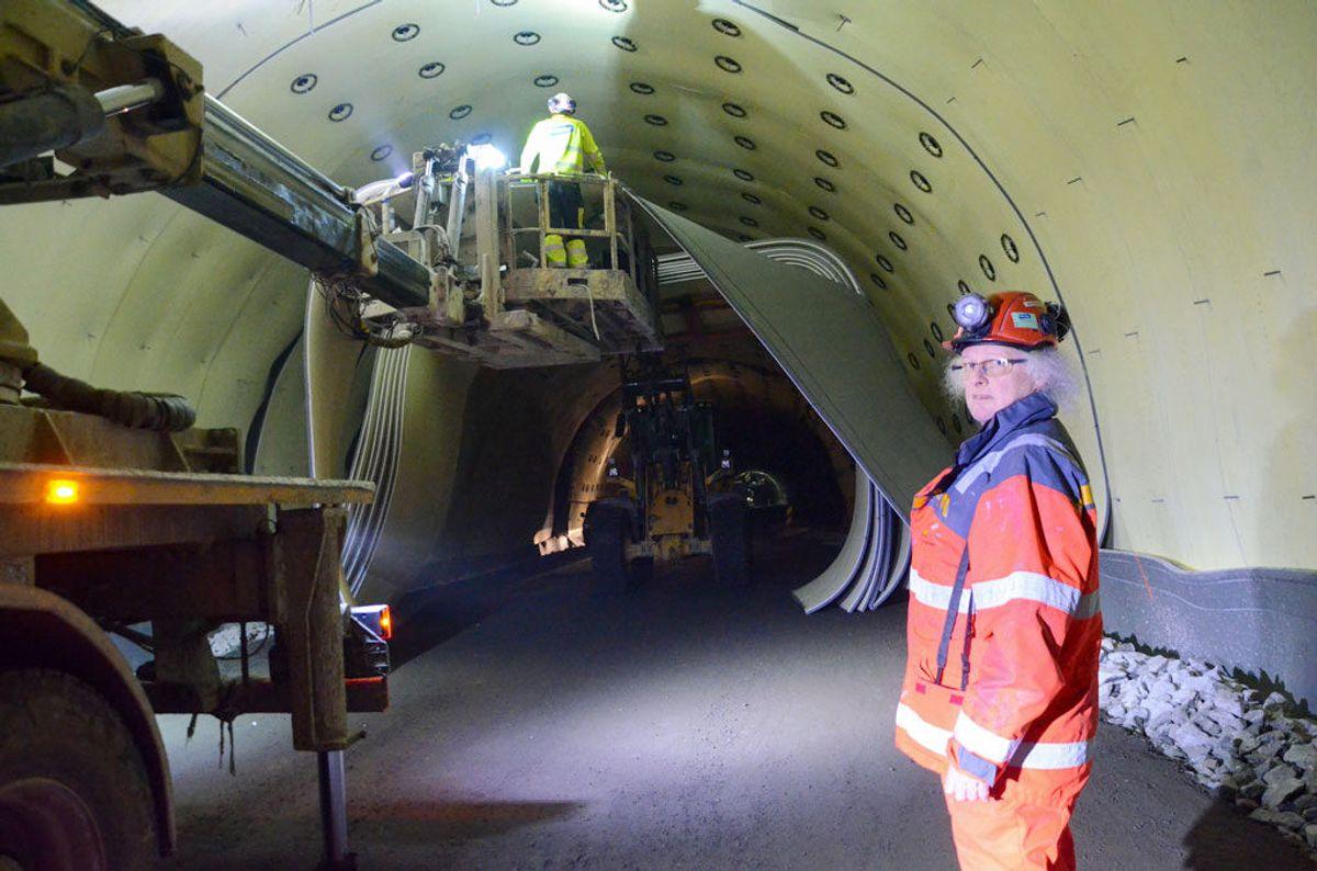 Eit stort arbeid er på gang i Filefjelltunnelen. Kontrollingeniør Gudmund Lunden inspiserer montering av PE-skum. Nærmare 100.000 kvadratmeter med slike matter skal opp i tunnelen. (Foto: Statens vegvesen)