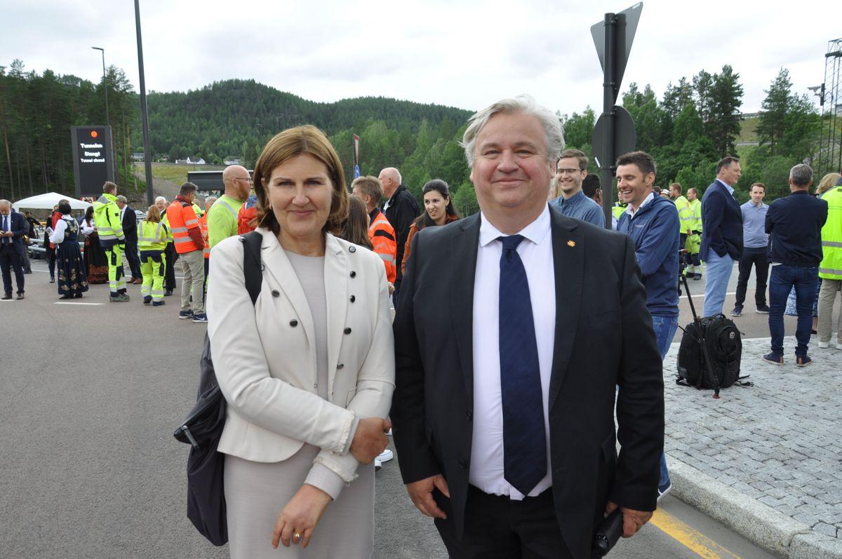 Vegdirektør og utbyggingsdirektør Ingrid Dahl Hovland og Kjell Inge Davik. Foto: Kjell Wold/Statens vegvesen
