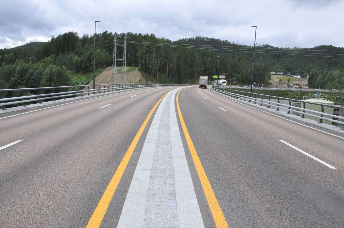 På vei mot Svartåstunnelen via Kongsberg bru. Foto: Kjell Wold/Statens vegvesen