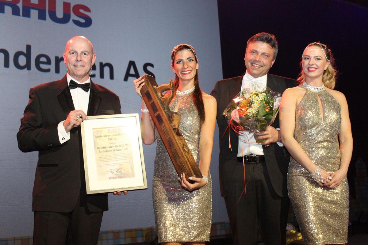 En overveldet daglig leder Rune W. Andersen i Byggmester Harald W Andersen & Sønn etter å ha blitt kåret til Årets Mesterhusbedrift. Her flankert av to Bond-piker. Kjedeleder Raymond Myrland (t.v.) delte ut prisen.
