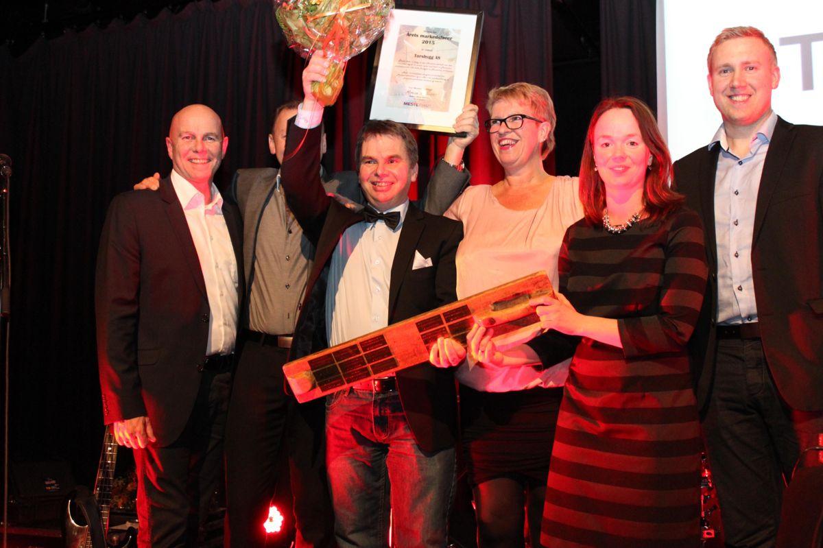 En glad gjeng fra Torsbygg AS som vant prisen Årets markedsfører i Mesterhus. Tor G, Thomas og Preben Støen samt Jarle Bjørklund. Markedssjef Monica Blom Thorsen delte ut prisen sammen med kjedeleder Raymond Myrland (t.v.).