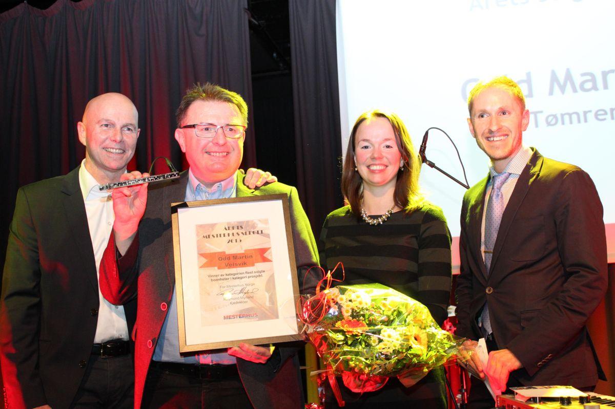 Superselger Odd Martin Velsvik fra Tømrer Service ble igjen Årets Selger i kategorien felt/konkurranseprosjekt. Her flankert av fra venstre Raymond Myrland og Monica Blom Thorsen fra Mesterhus samt Mads Kaggestad fra TV2.