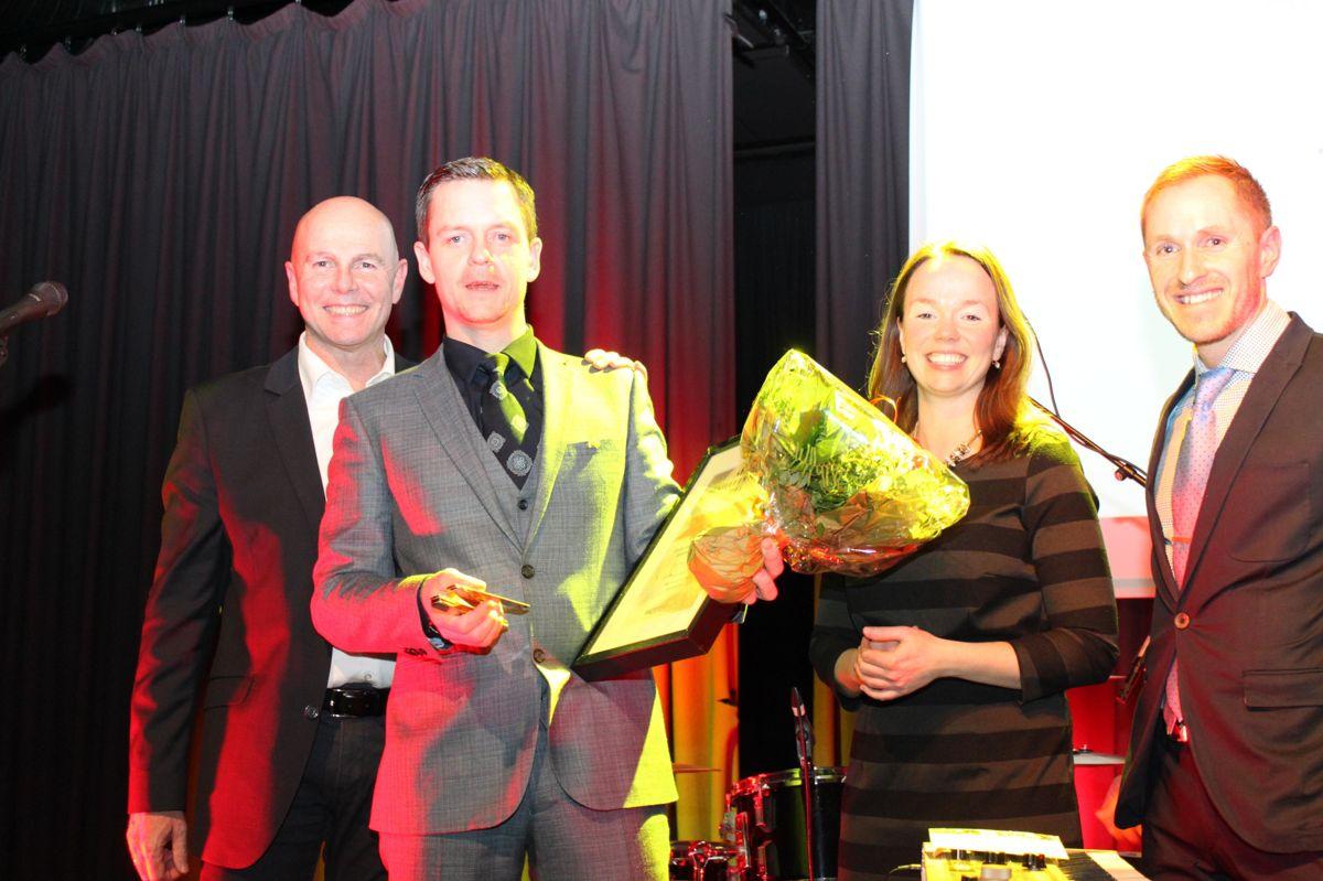 Thomas Sommer fra Mesterhus Oslo ble Årets selger i kategorien EAT. Her flankert av fra venstre Raymond Myrland og Monica Blom Thorsen fra Mesterhus samt Mads Kaggested fra TV2.