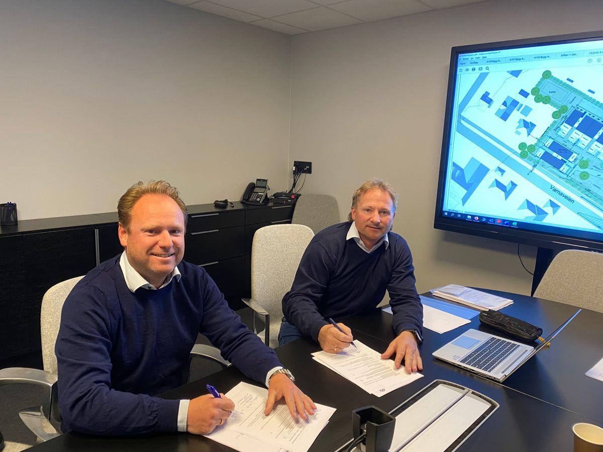 Administrerende direktør Reinert Hersleth i Hersleth Entreprenør (til venstre) og medeier og leder i BEU Hans Olav Bjerketvedt under kontraktsignering på Gartneriet. Foto: Hersleth Entreprenør