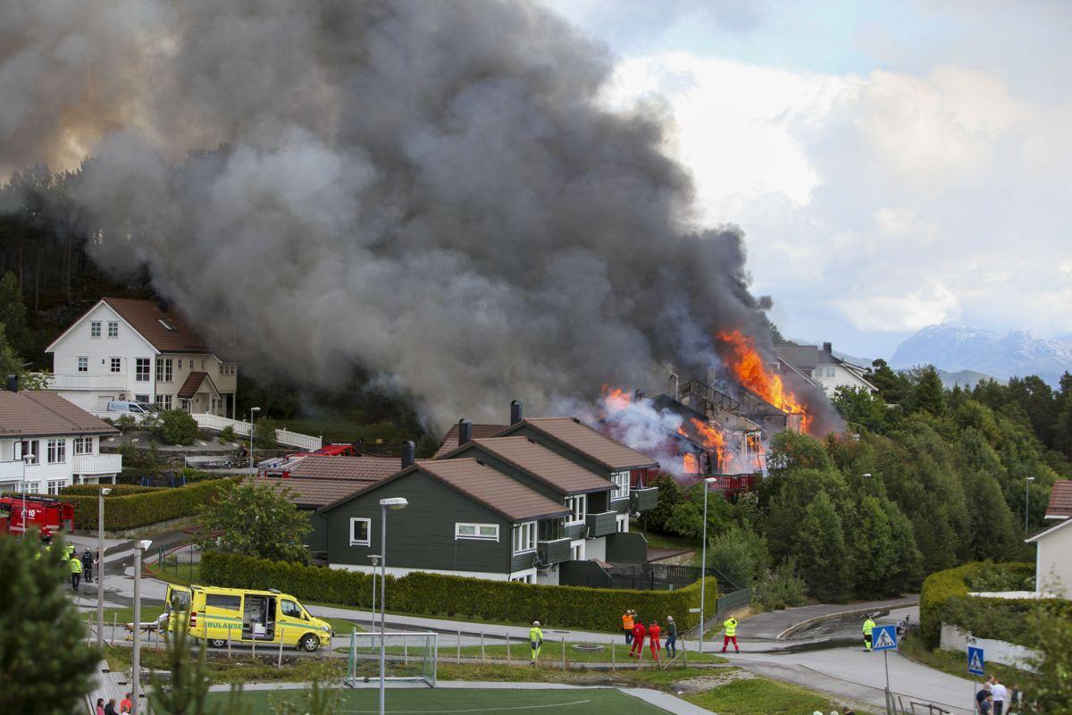 Det brenner i flere rekkehusleiligheter i Florø. Foto: Egil Aardal / NTB scanpix