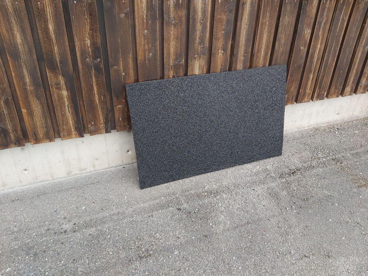 Disse resirkulerte plastplatene på 120 ganger 60 centimeter kan etter hvert ende opp som fasadeplater. Foto: Circumar