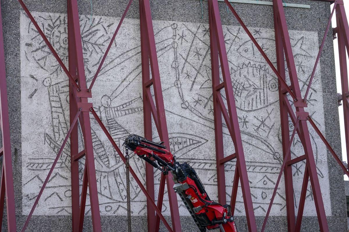 Denne uken rulles kunstverkene «Fiskerne» og «Måken» av Pablo Picasso og Carl Nesjar ut av Y-blokka i regjeringskvartalet i Oslo. Foto: Lise Åserud / NTB scanpix