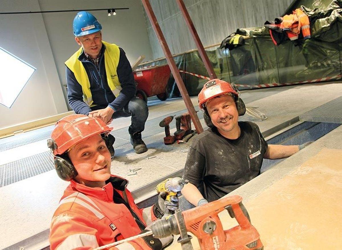 Bak sitter prosjektleder Trygve Skaug i M. Kristiseter AS og foran er to av de ansatte hos entreprenøren i arbeid – far og sønn Zbigniew og Pawel Wykocki.