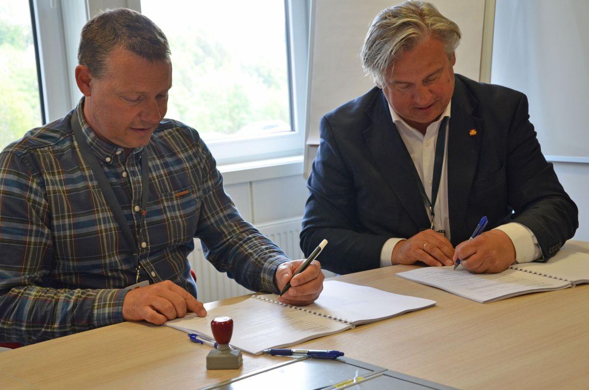 Daglig leder Øystein Stebekk i Roadworks Traftec (til venstre) og regionvegsjef Kjell Inge Davik i Statens vegvesen Region sør signerte torsdag kontrakt for elektroarbeider i Vest-Agder. Foto: Statens vegvesen