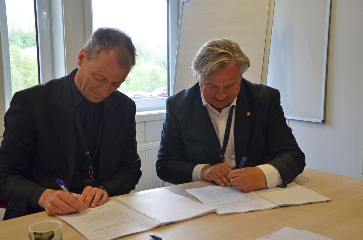 Direktør i Mesta Elektro, Terje Dengerud (til venstre) og regionvegsjef Kjell Inge Davik i Statens vegvesen Region sør signerte torsdag to kontrakter for drift og vedlikehold og nybygg av veglys i Vest-Agder. Foto: Statens vegvesen