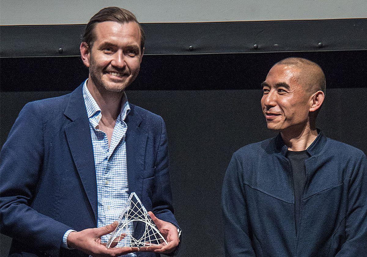 <p>Zhang Li, professor/Cchair ved Arkitektskolen ved Tsinghua Universitetet i Kina, overrekker prisen på vegne av juryen til Espen Surnevik.</p>